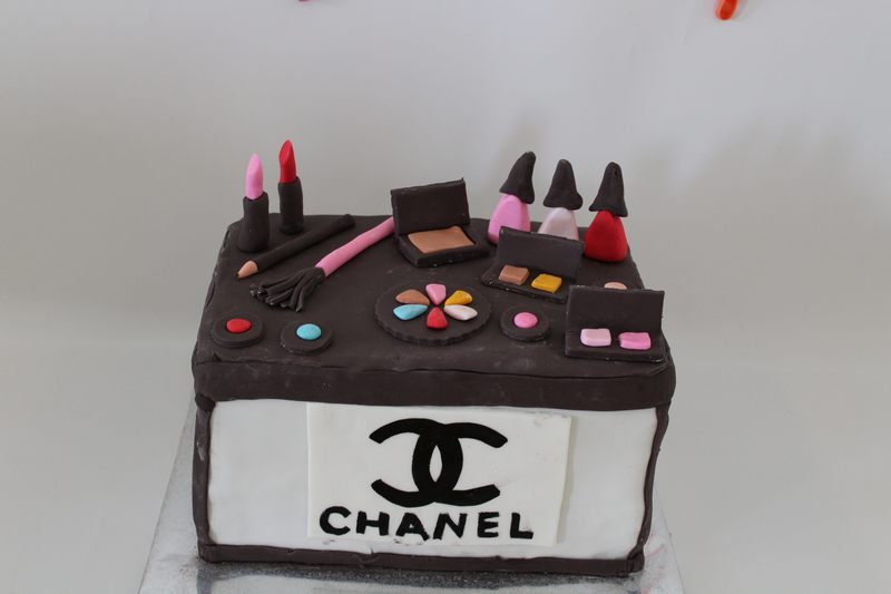 כלי איפור מפוסלים על עוגת קופסת שאנל