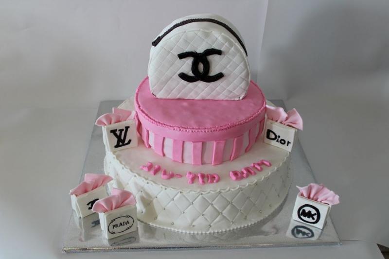עוגת יום הולדת לרותם שופינג תיק שאנל אכיל ותיקים קטנים עם לוגו מותגים