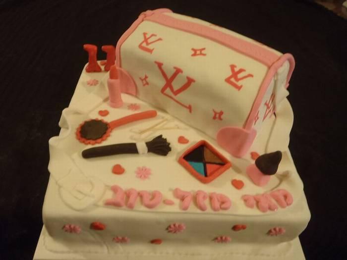 תיק לואי ויטון בנוי כעוגה ליום הולדת על עוגת במה + כלי איפור