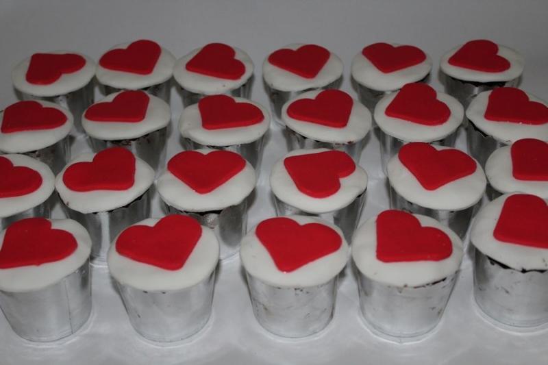 מאפינס בקישוט לב אדום ליום הולדת