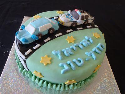 עוגה לבנים ליום הולדת מפוסלת מכונית משטרה במרדף