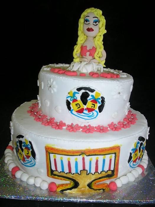 עוגה לחג חנוכה והגימיק אישה יוצאת מהעוגה