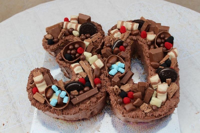 עוגה ליום הולדת מספר 30 עם קצפות ושוקולדים