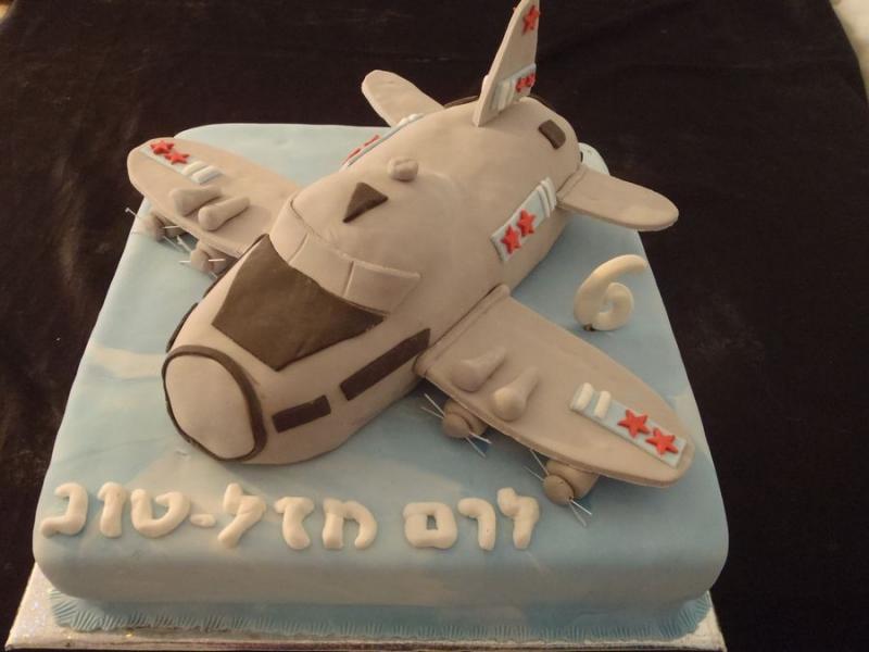 עוגה ליום הולדת מפוסלת של מטוס וגם ה מטוס הוא עוגה
