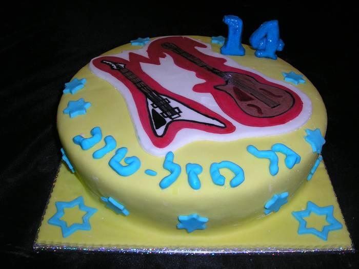עוגה ליום הולדת תרומה גיטרה חשמלית ל עמותת נותנים תיקווה
