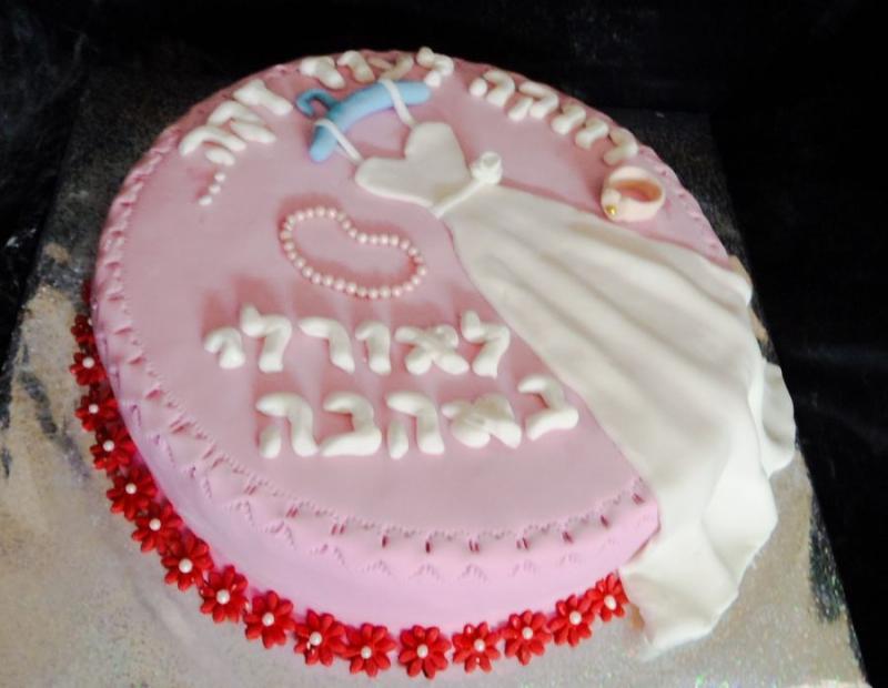 עוגה למסיבת רווקות שמלת כלה על קולב שרשרת וטבעת