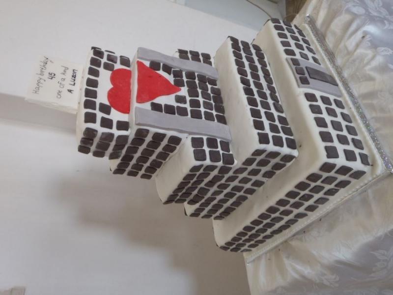 עוגה מעוצבת כ בניין עם 467 חלונות מסביב לכל העוגה