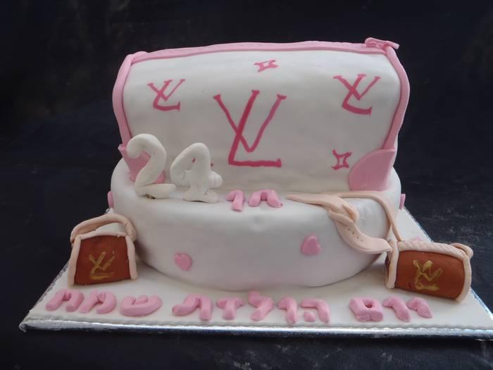 עוגה עגולה ועליה תיק לואי וויטון מעוגה פלוס 2 תיקים אכילים