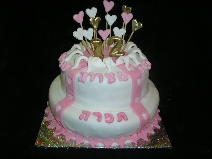 עוגת בת מצווה מספר 12 יוצא מהעוגה