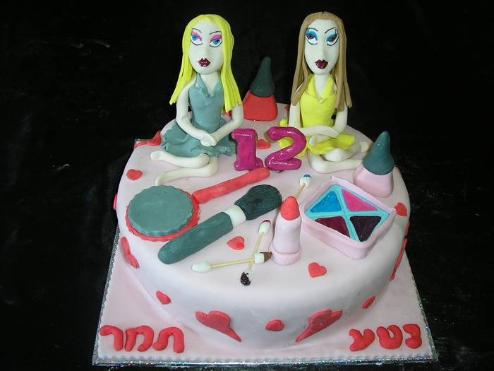 עוגת בת מצווה 2 ילדות מפוסלות פלוס כלי איפור אכילים