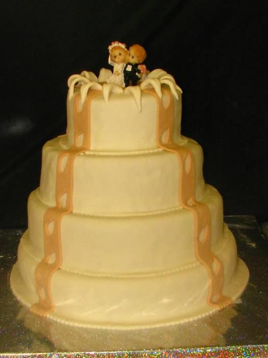 עוגת חתונה 4 קומות חתן וכלה יוצא מהעוגה