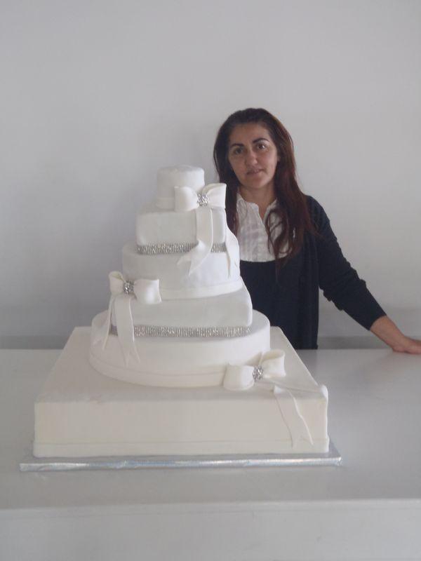 עוגת חתונה 6 קומות בגודל 60 על 60 עם שרשרת אבנים מוכספות