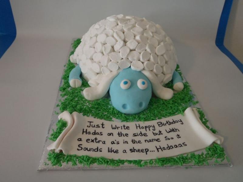 עוגת יום הולדת כבשה מעוצבת כעוגה עם שערות מרשמלו