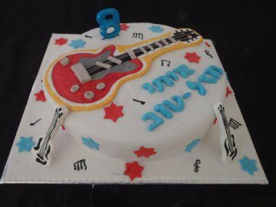 עוגת יום הולדת  לבנים גיטרה בפיסול וציור