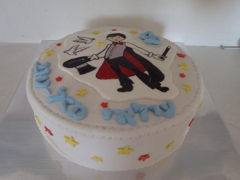 עוגת יום הולדת  לבנים קוסם מעוצבת