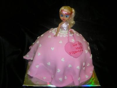 עוגת יום הולדת לבת בראץ בובה עומדת