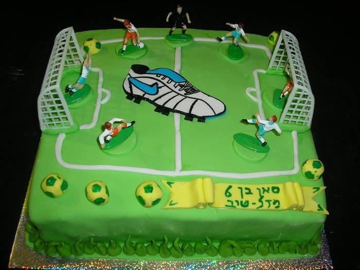 עוגת יום הולדת מגרש כדורגל נעל נייק