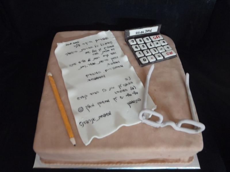 עוגת יום הולדת מחשב משקפיים מיכתב ועיפרון