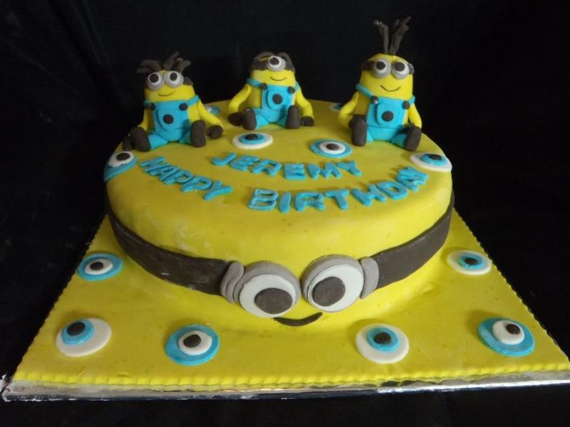 עוגת יום הולדת מניונים מפוסלים