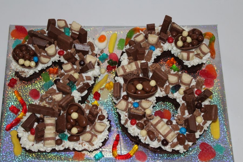 עוגת יום הולדת מספר כעוגה עם קצפת ושוקולדים