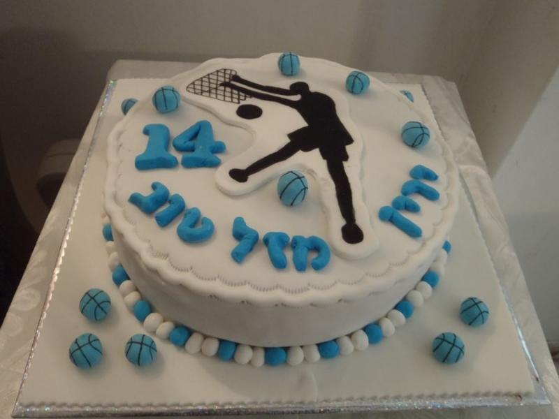עוגת יום הולדת מעוצבת כדורסל שחור לבן