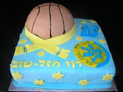 עוגת יום הולדת מרובעת וכדור כדורסל מכבי תל אביב