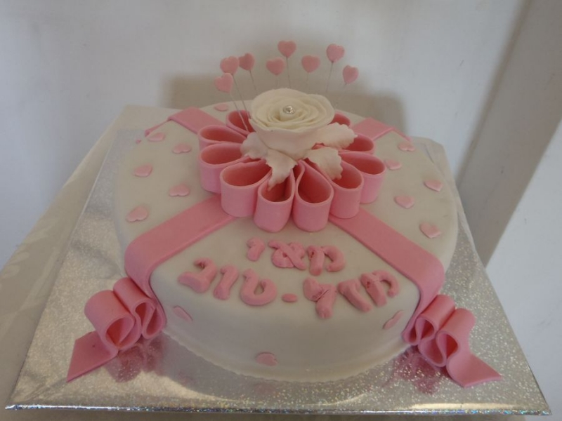 עוגת יום הולדת מתנה ספירלה עם שושנה לבנות