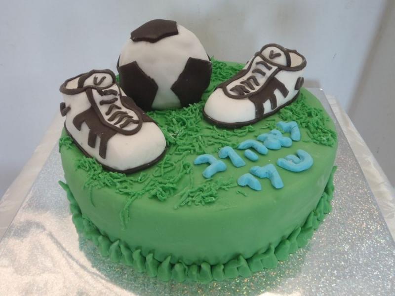 עוגת יום הולדת נעלי כדורגל אכילים וכדור מעוגה