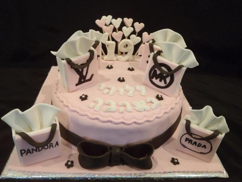 עוגת יום הולדת עם תיקי שופינג מותגים
