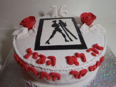עוגת יום הולדת ציירת שחור לבן ו שושנים אדומות