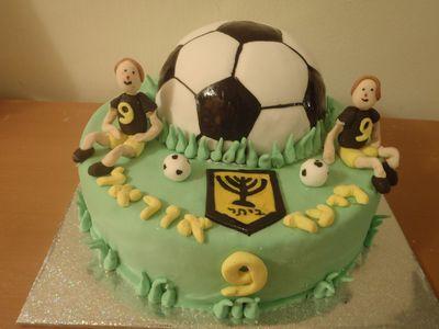 עוגת ליומולדת כדורגל ושני שחקנים של ביתר ירושליים
