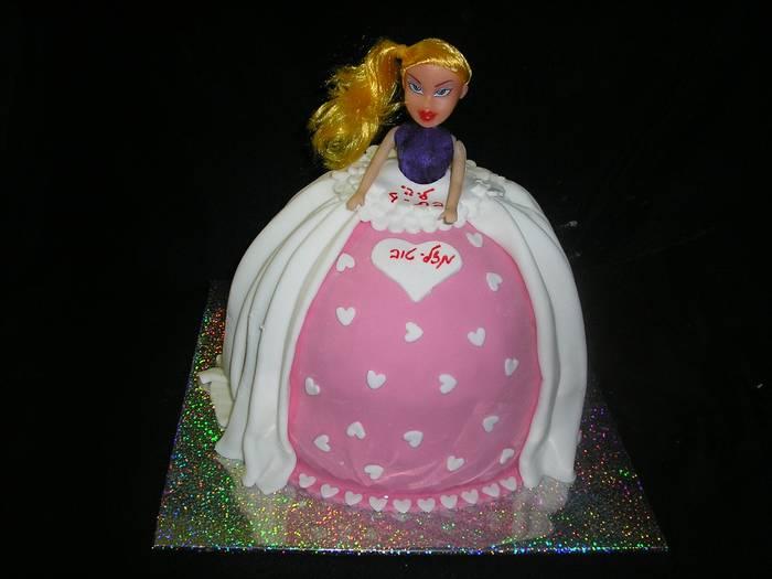 עוגת שוקולד ליום הולדת בראץ בובה עומדת