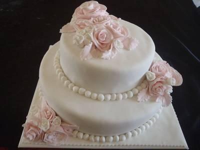עוגת שושנים מפוסלת חתן כלה