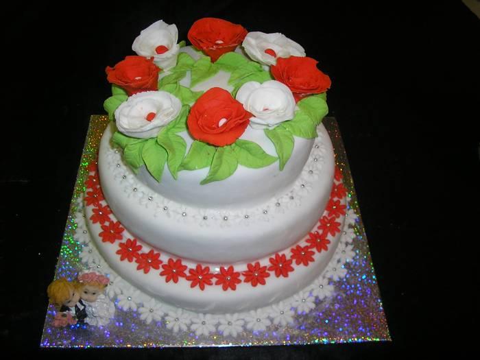 עוגת 3 קומות חתן כלה ושושנים
