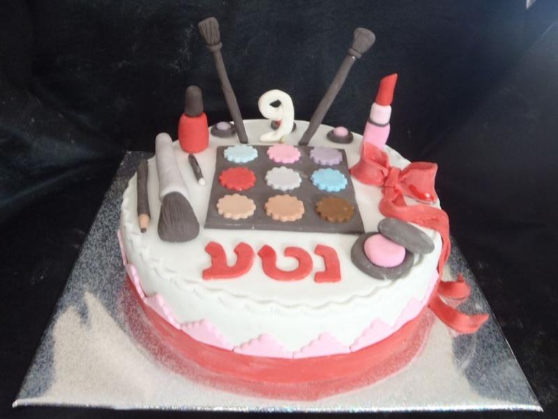 עוגה מפוסלת עם שלל איפור ומברשות