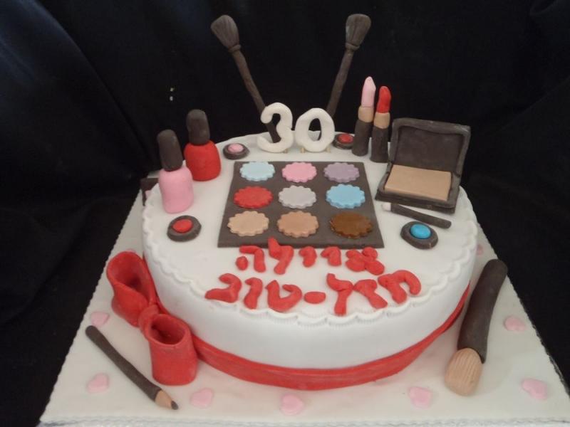 עוגה מפוסלת עם שלל איפור