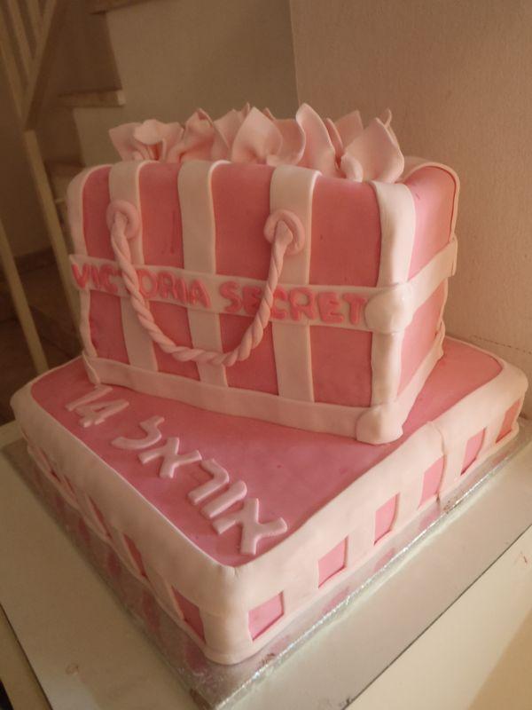 עוגה מרובעת גדולה ועליה עוגת תיק עם מטפחות בעיצוב וויקטוריה סיקרט