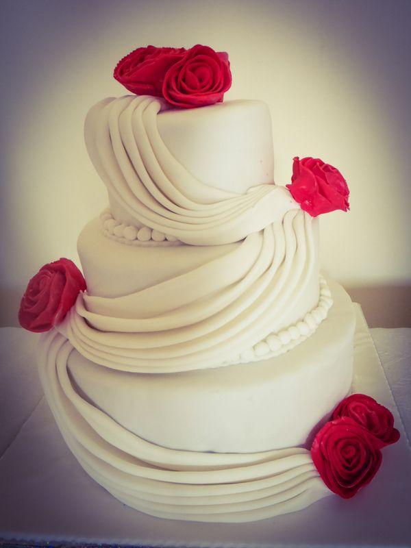 עוגת חתונה 3 קומות ווילונות ושושנים אדומות